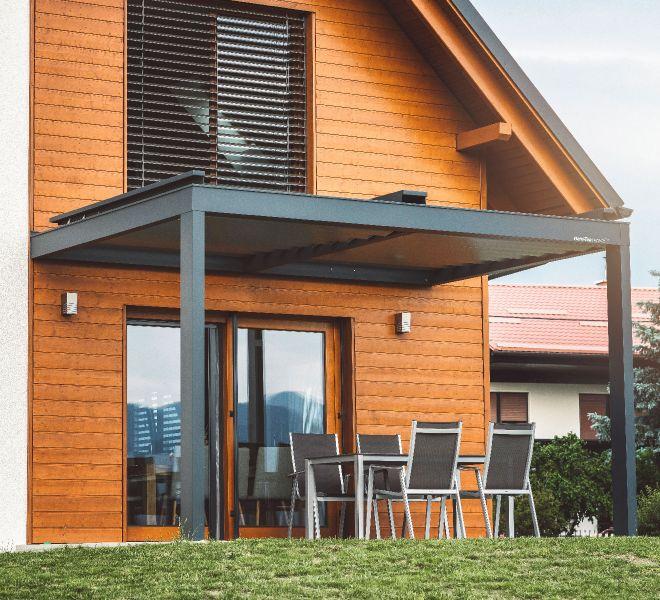 bioklimatska pergola v kombinaciji z podeželsko hišo, je odlična izbira za kvaliteten nadstrešek.